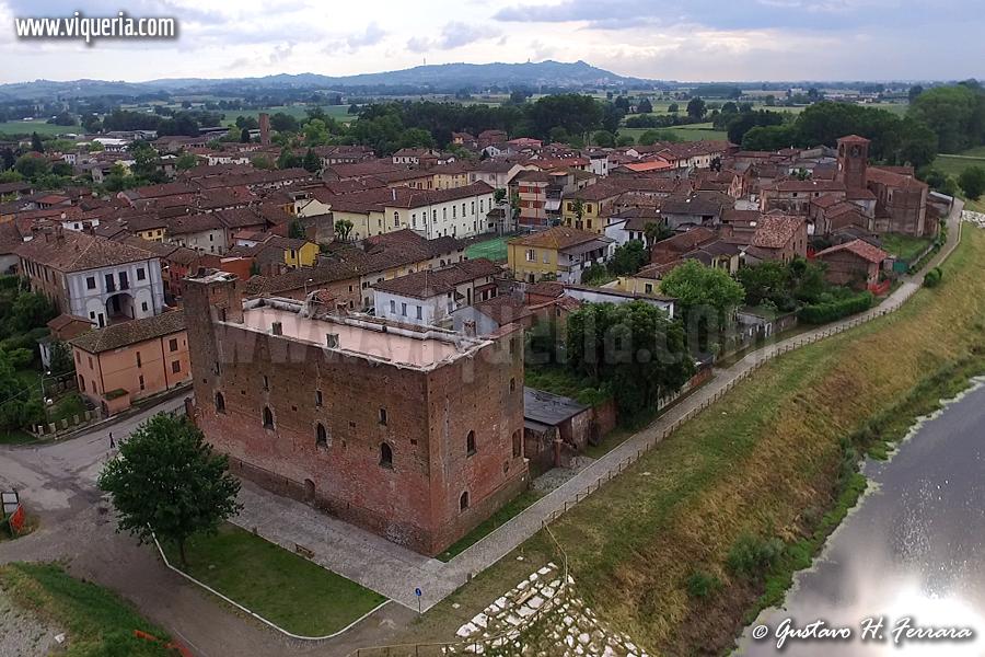 Foto del giorno: veduta aerea di Arena Po, con il castello in primo piano