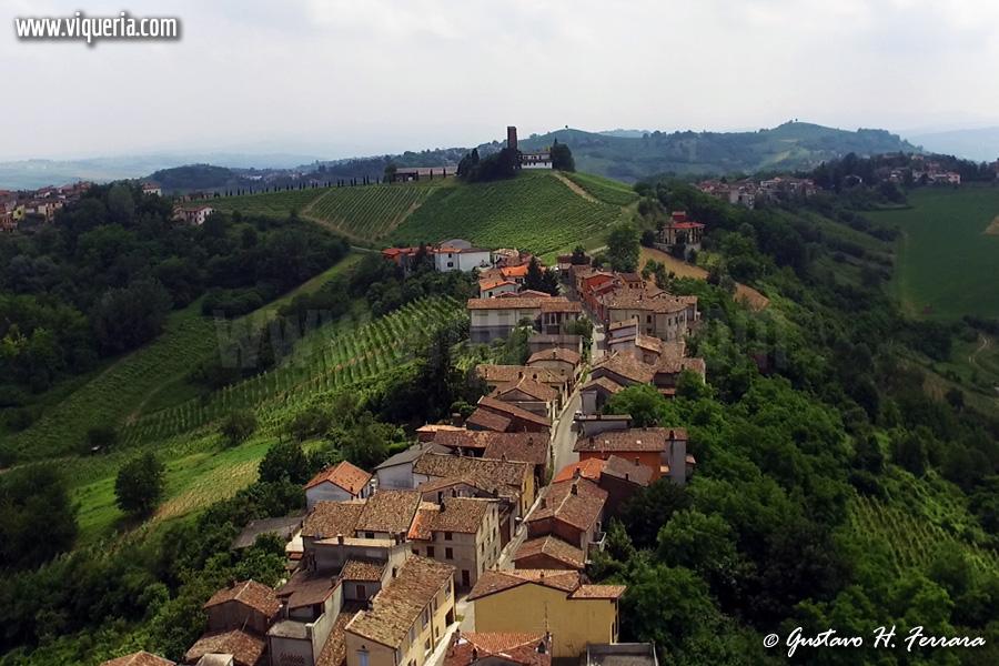 veduta aerea di Montuè de' Gabbi, frazione di Canneto Pavese (PV). Sullo sfondo la torre medievale della Malpaga