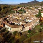 L'antico borgo murato: si scorgono le torri mozzate