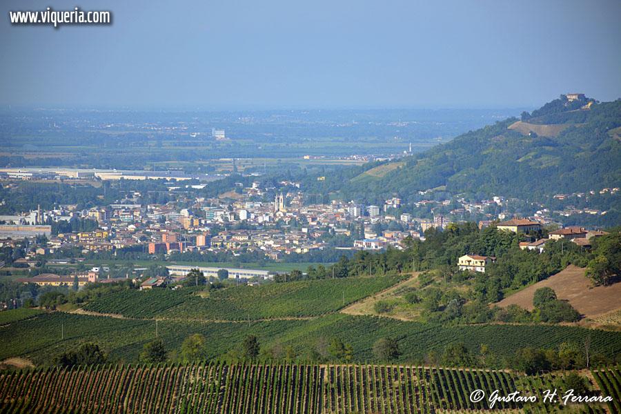 Broni (PV) vista dalla collna. Sulla collina a destra la rocca di Montalino.