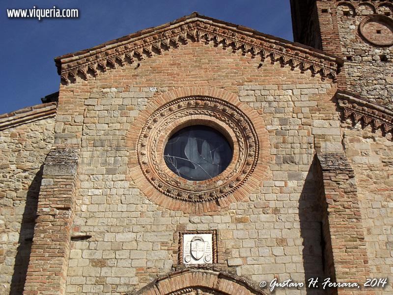 Il rosone e le decorazioni della facciata della chiesa di Cecima