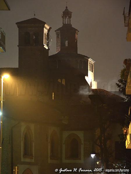 La chiesa di San Teodoro con la casa Eustachi in una veduta notturna