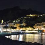 Amalfi di notte: la spiaggia con il centro