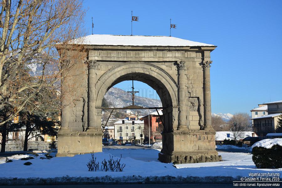 Aosta: un'immagine invernale dell'arco di Augusto
