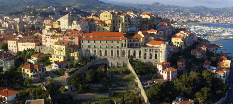 Porto Maurizio: dettaglio del Parasio con le logge di Santa Chiara in primo piano.