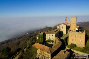 Il borgo di Nazzano e la pianura annebbiata
