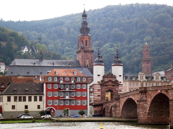 L'Alte Brucke e la Bruckentor viste dalla riva destra del Neckar. Dietro la Heiliggeistkirche