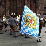 Gruppo di musica tradizionale bavarese suona a Strasburgo